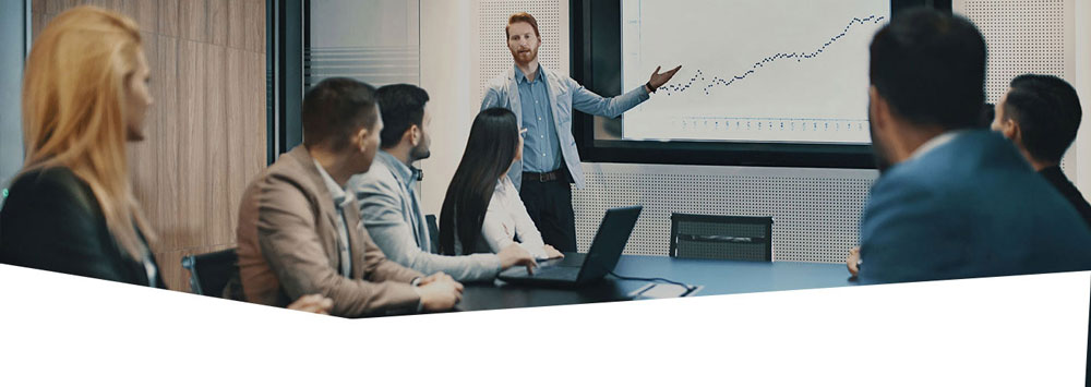 Man presenting in a meeting. Finqr